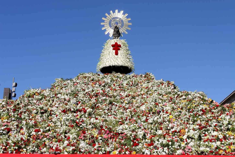 la virgen del pilar con flores